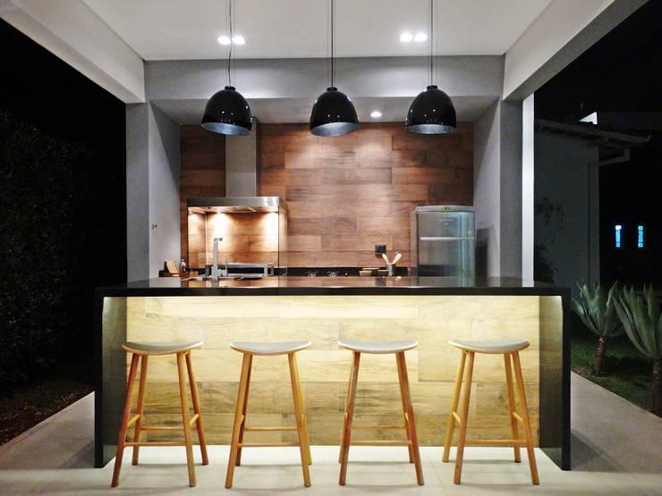 Terrazas de estilo  por Fabiana Nishimura Arquitetura
