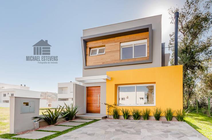Fachada: Casas  por ME Fotografia de Imóveis