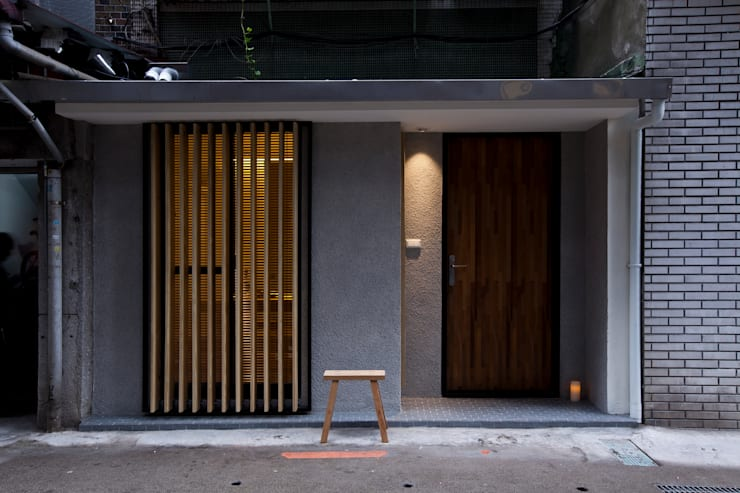 晉江街住宅:  走廊 & 玄關 by 齊禾設計有限公司