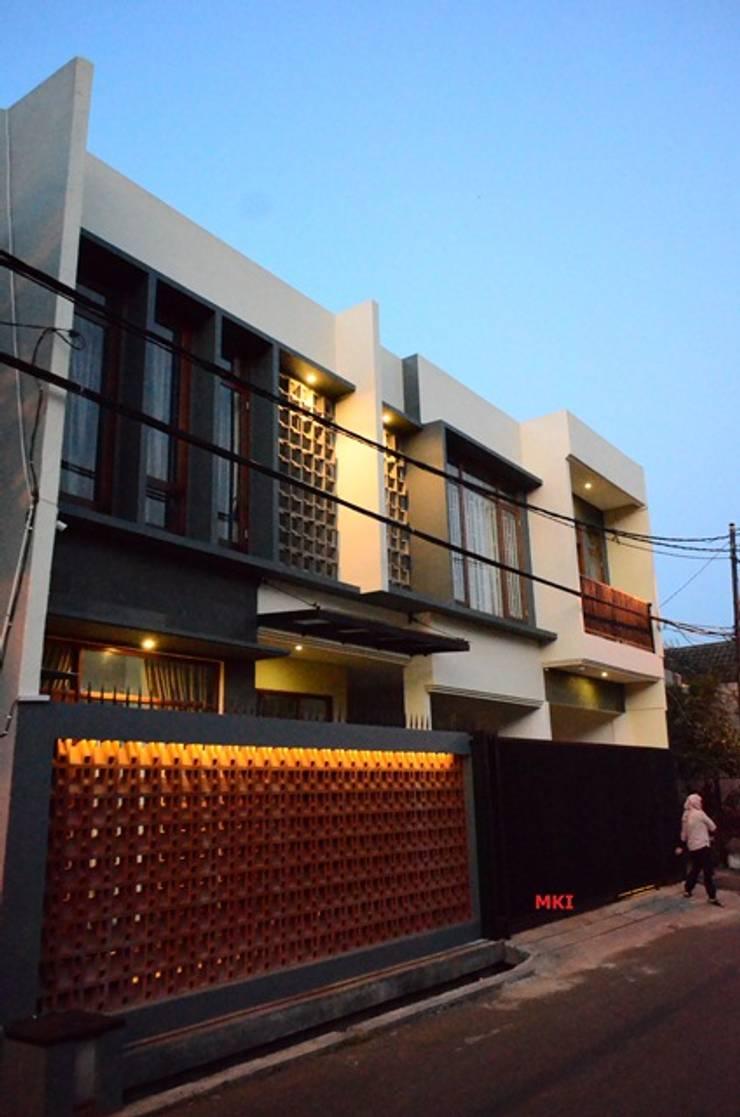 FACADE DEPAN:  Rumah by PT.Matabangun Kreatama Indonesia