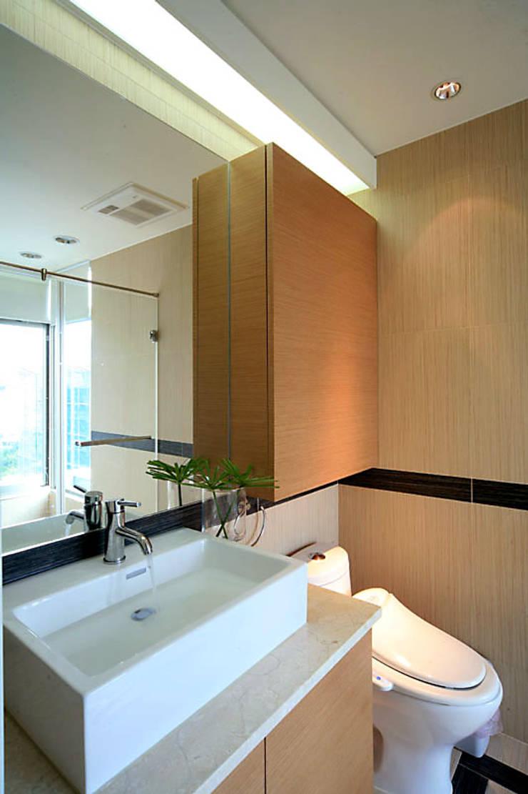 大直黃宅:  浴室 by 四一室內裝修有限公司