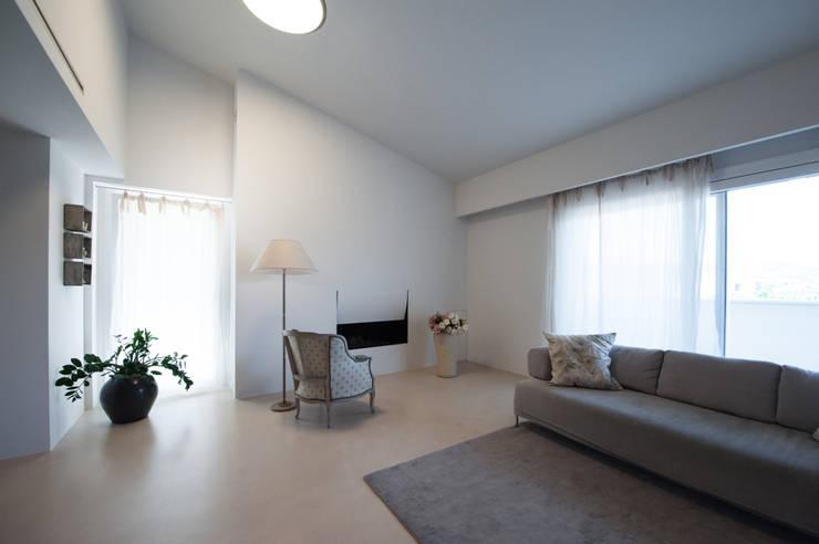 Salas / recibidores de estilo moderno por QUADRASTUDIO