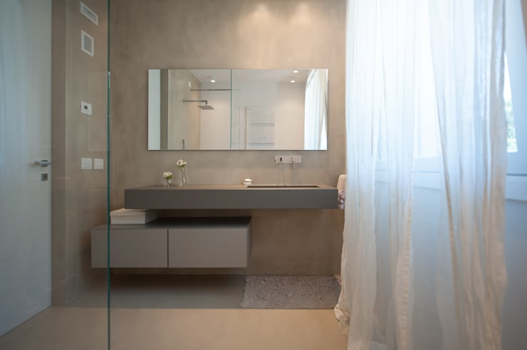 Baños de estilo moderno por QUADRASTUDIO