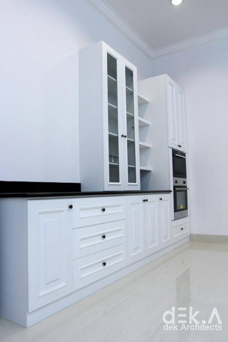 Lemari Kabinet Dapur:  Kitchen by Dekarchitects