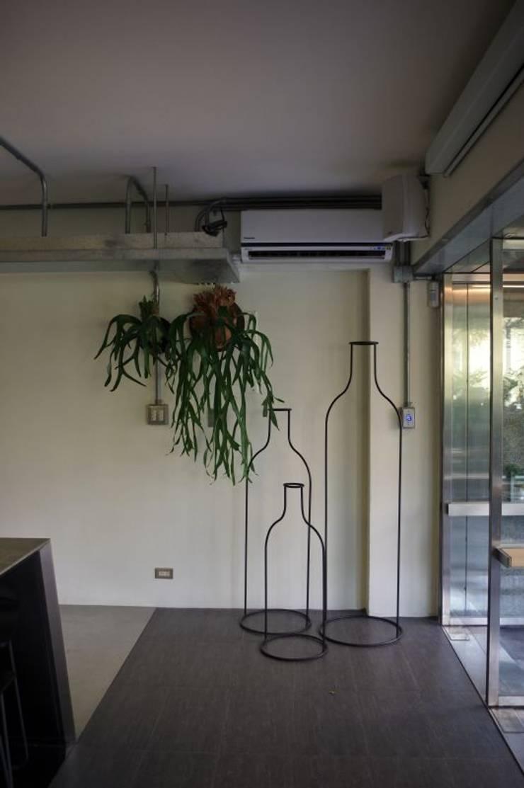 玩作酒瓶:  室內景觀 by 四一室內裝修有限公司