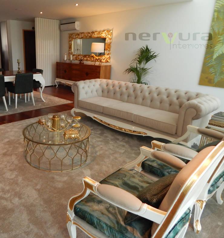 Sala de Estar: Sala de estar  por Nervura Interiores