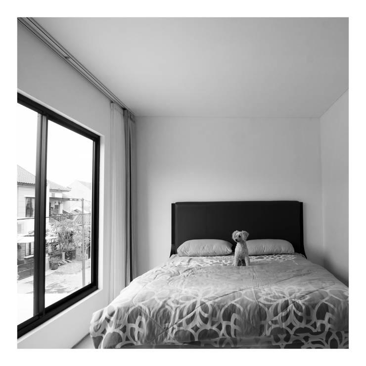 Master Bedroom:  Kamar Tidur by studiopapa