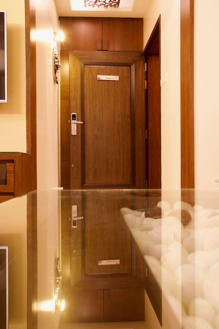AMIT BLOOMFIELD 3BHK:  Corridor, hallway & stairs  by decormyplace