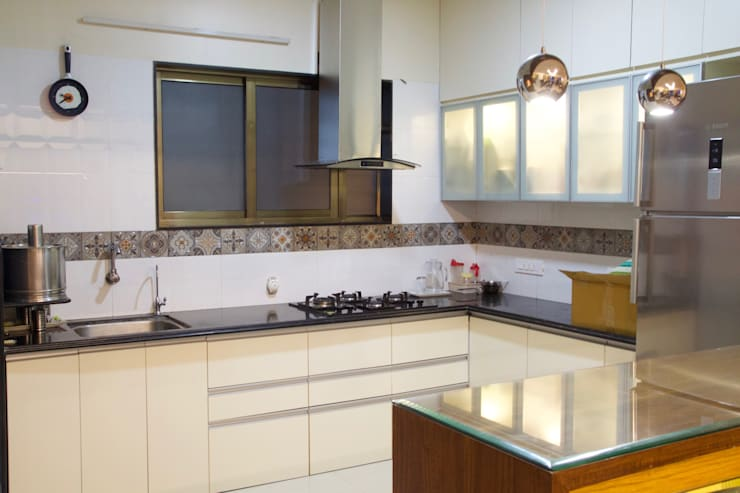 AMIT BLOOMFIELD 3BHK:  Kitchen units by decormyplace