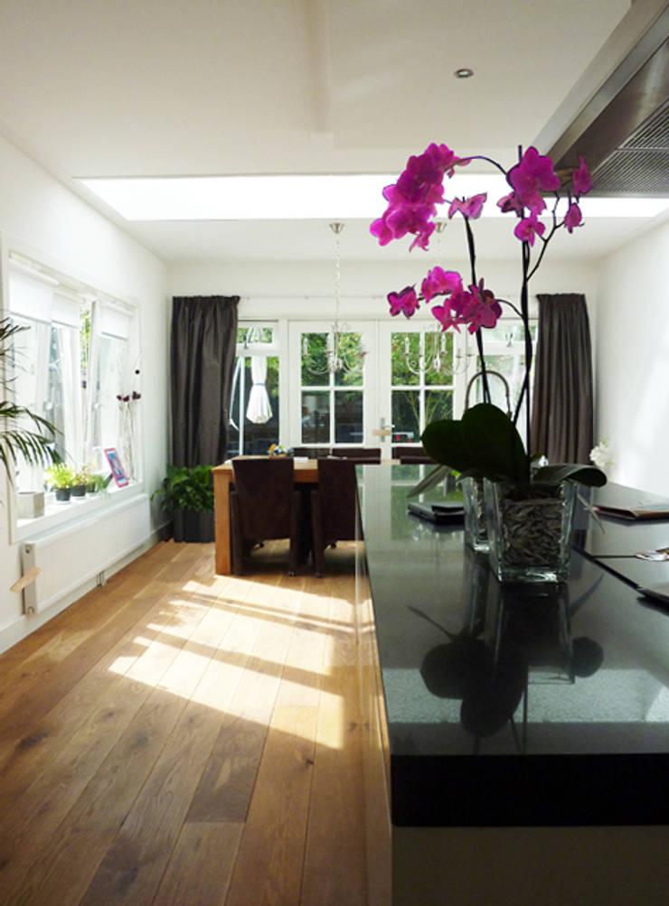 uitbouw woonkamer:  Woonkamer door YA Architecten, Modern
