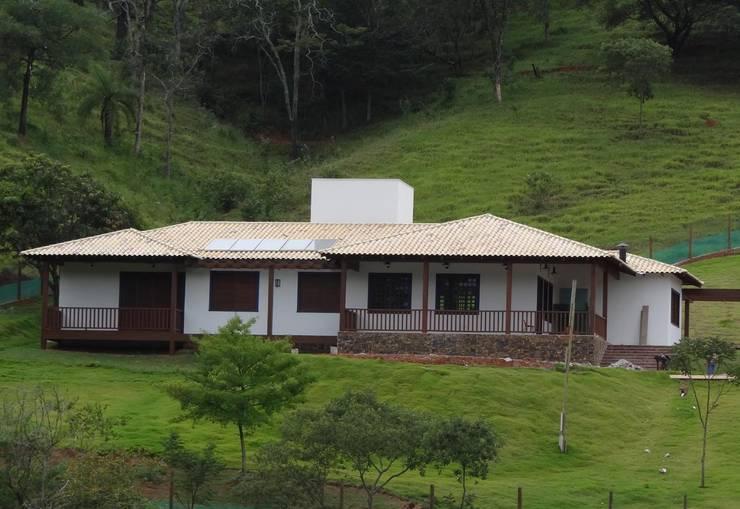 Casas campestres de estilo  por SERARTE  ENGENHARIA