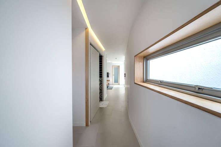 BlancBleu 모던스타일 복도, 현관 & 계단 by 건축사사무소 숲 모던