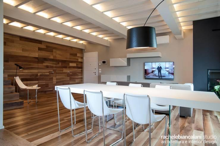 Salle à manger minimaliste par Rachele Biancalani Studio Minimaliste Bois Effet bois