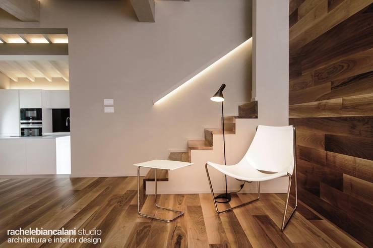 Couloir, entrée, escaliers minimalistes par Rachele Biancalani Studio Minimaliste Bois Effet bois
