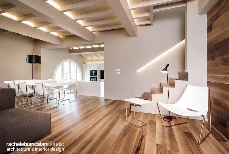 Couloir, entrée, escaliers modernes par Rachele Biancalani Studio Moderne Bois Effet bois