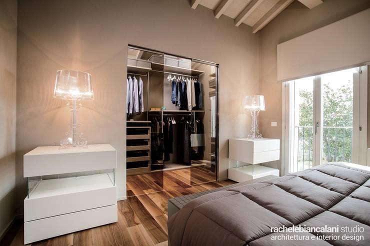 : Camera da letto in stile  di Rachele Biancalani Studio - Architecture & Design