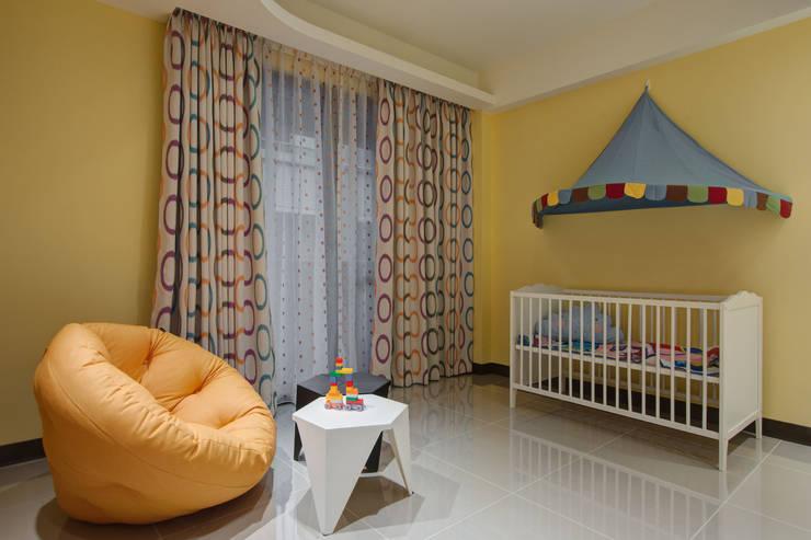 美式普普風:  嬰兒/兒童房 by 哲嘉室內規劃設計有限公司