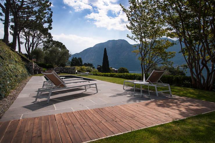 VL piscina_Progetto di una piscina e sistemazione delle aree esterne* di Chantal Forzatti architetto Rustico Pietra