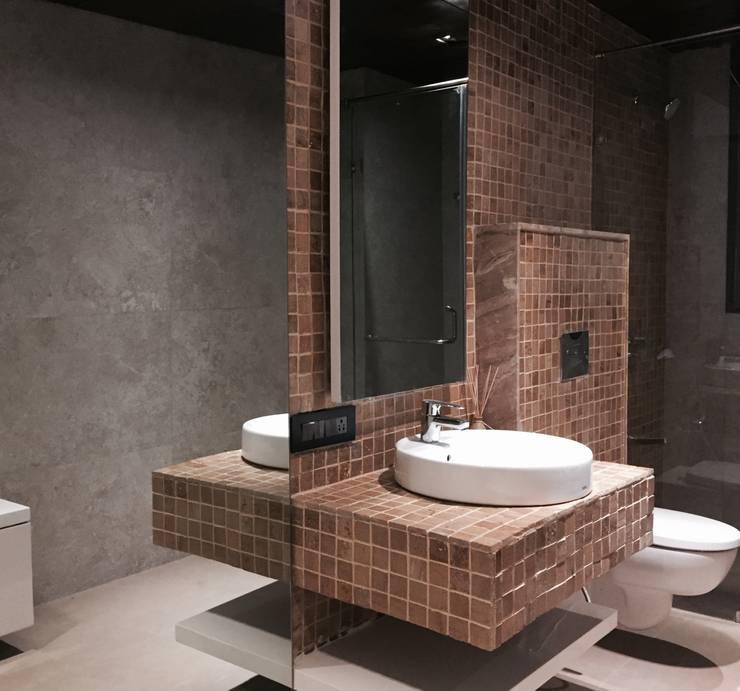 Iscon Platinum Show Apartment :  Bathroom by Studio R designs
