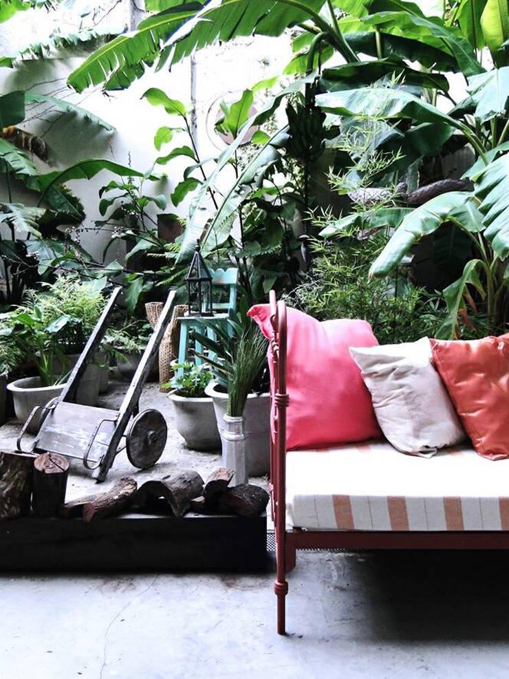 Diseño de Vidrieras y Ambientaciones – San Angel Casa: Jardines de estilo  por Proyecto Menos es Más,