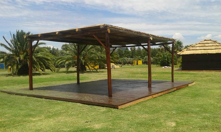 Centros de exhibiciones de estilo  por Proyecto Menos es Más, Tropical