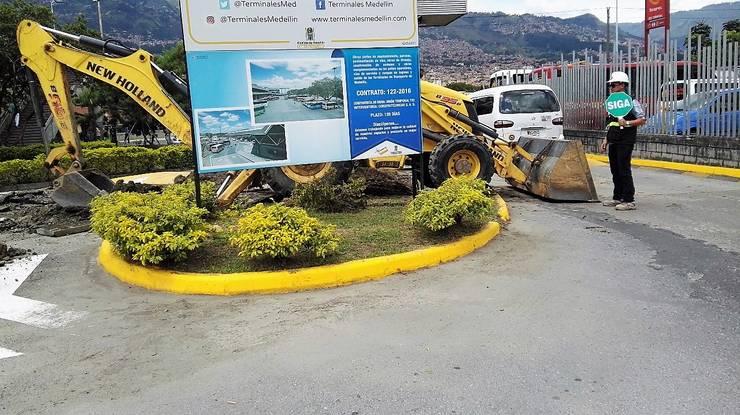 Redes de baja y media tensión en Terminal de Transporte de Medellín: Oficinas y Tiendas de estilo  por INGECOSTOS S.A.S.