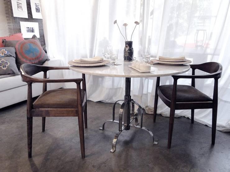 Mesa en hierro con pie estilo Art Decó y tapa de marmol carrara:  de estilo industrial por Proyecto Menos es Más,Industrial
