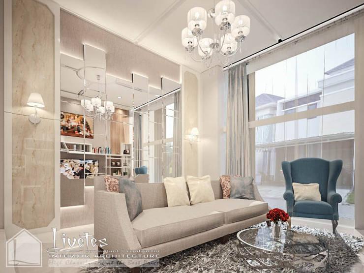 Split Level Living Room:  Ruang Keluarga by PT Kreasi Cemerlang Abadi