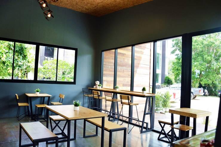 ร้านอาหารกาแฟขนาดเล็ก สไตล์โมเดิร์น:  ตกแต่งภายใน by Add-con Architect
