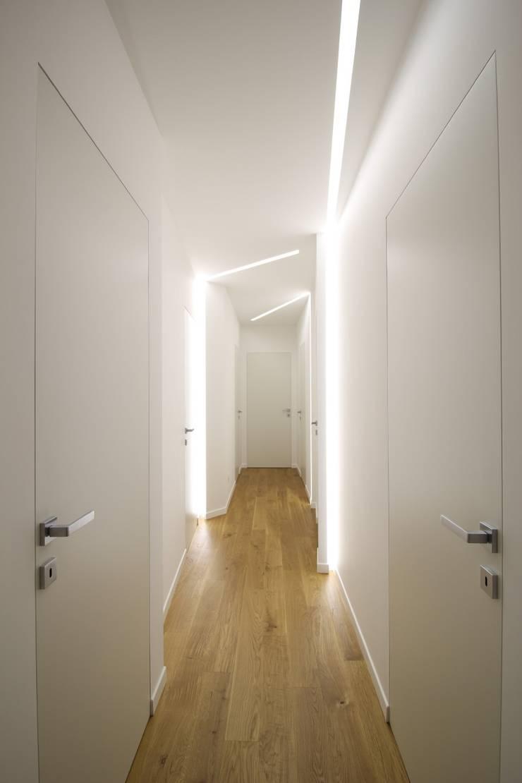 Pasillos, vestíbulos y escaleras modernos de Giuseppe Rappa & Angelo M. Castiglione Moderno