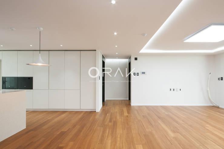 수원 영통동 청명마을 건영아파트  / 49평형 아파트 인테리어: 오락디자인의  거실,모던