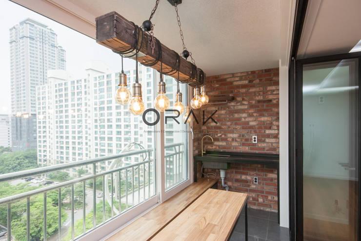 수원 영통동 청명마을 건영아파트  / 49평형 아파트 인테리어: 오락디자인의  베란다,모던