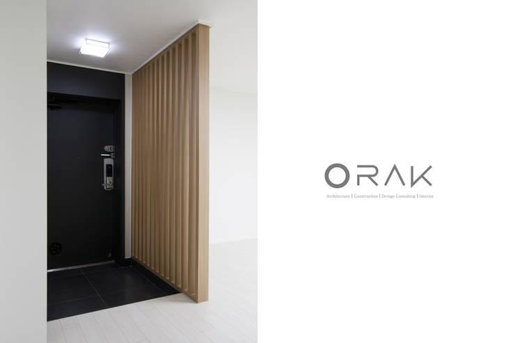 정자동 임광보성아파트 / 33평형 아파트 인테리어: 오락디자인의  복도 & 현관,모던