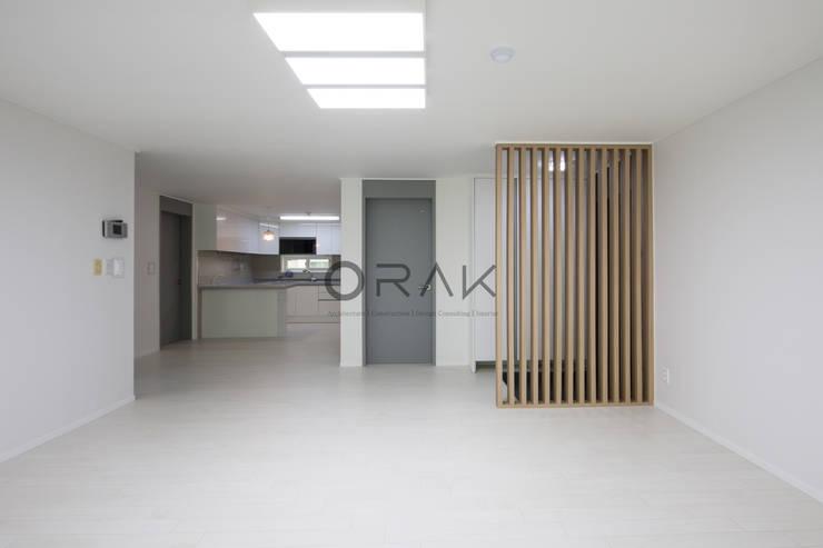 정자동 임광보성아파트 / 33평형 아파트 인테리어: 오락디자인의  거실,모던