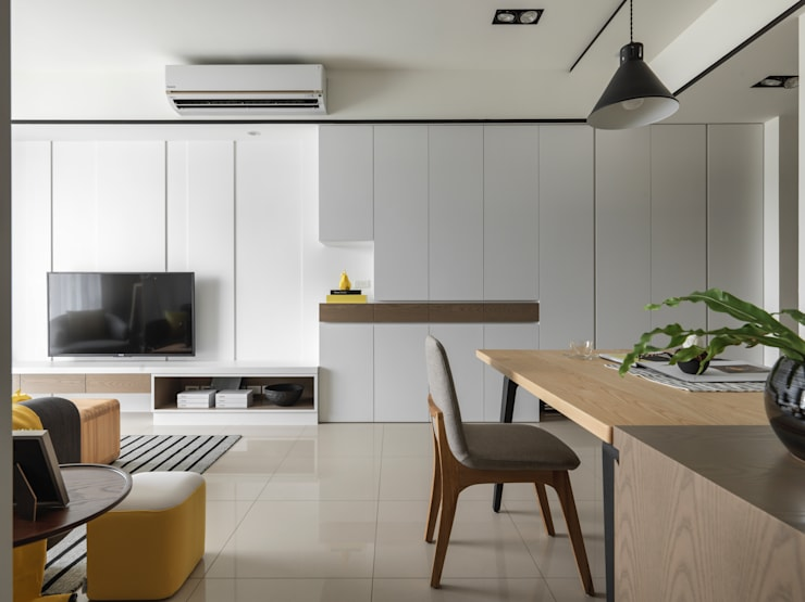 玄關&電視牆:  客廳 by 存果空間設計有限公司
