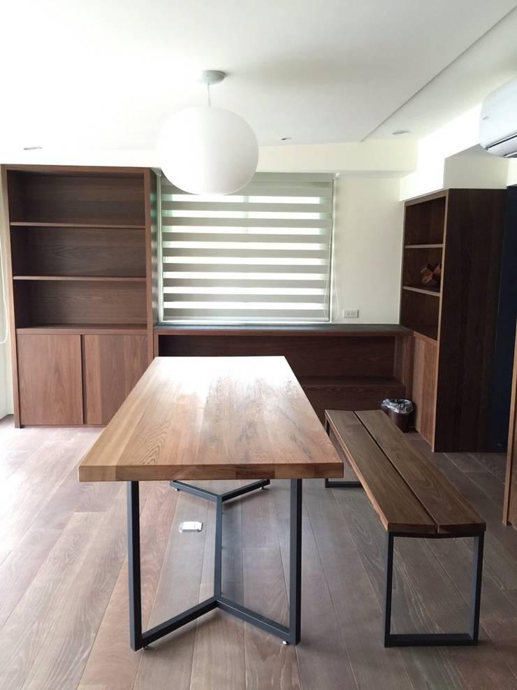 公館周宅:  書房/辦公室 by 四一室內裝修有限公司
