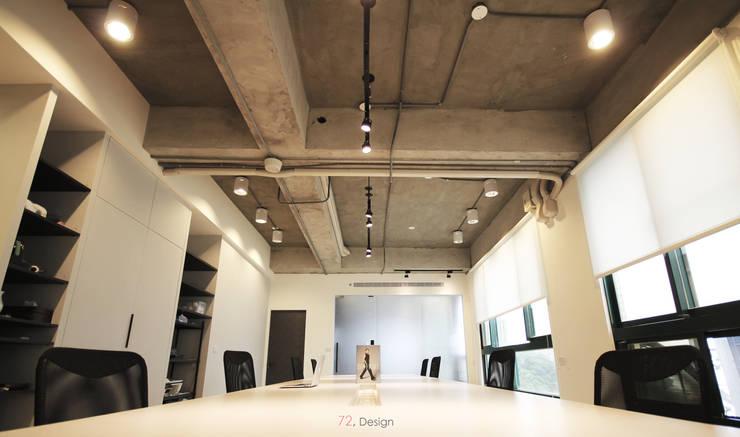 主辦公室:  客廳 by 柒貳設計
