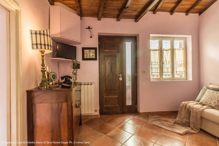 Living room by Sapere di Casa - Architetto Elena Di Sero Home Stager
