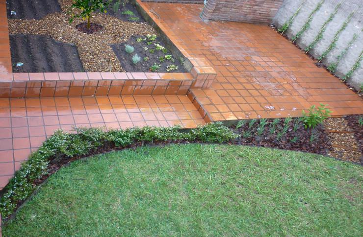 Jardín Di Pollina: Jardines de estilo  por Dhena CONSTRUCCION DE JARDINES,