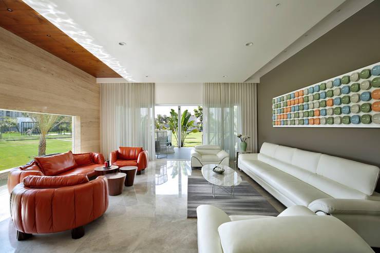 kabir bungalow:  Living room by USINE STUDIO