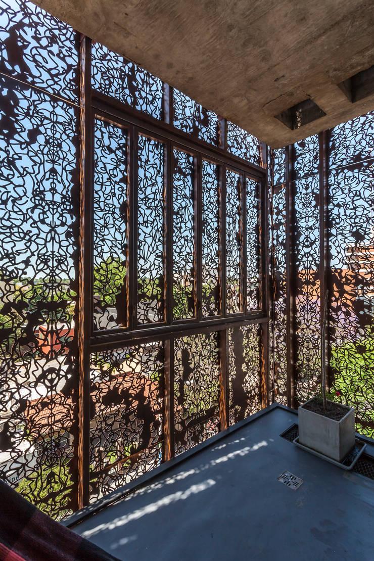 Teras oleh Ciudad y Arquitectura, Modern