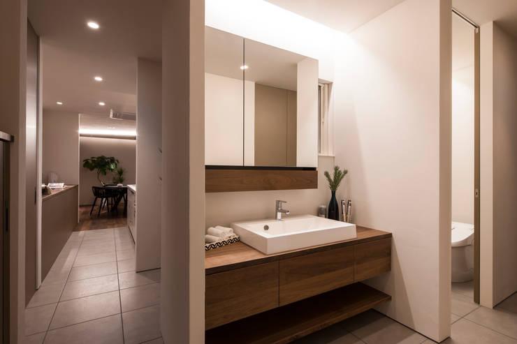 浴室 by FANFARE CO., LTD, 隨意取材風