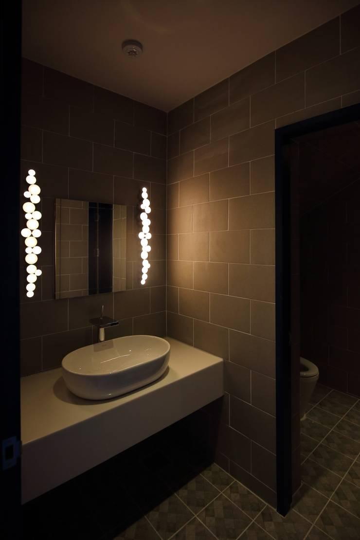 대구 남구 대명동 예쁜 카페 커피숍 인테리어 리모델링: inark [인아크 건축 설계 디자인]의  욕실,
