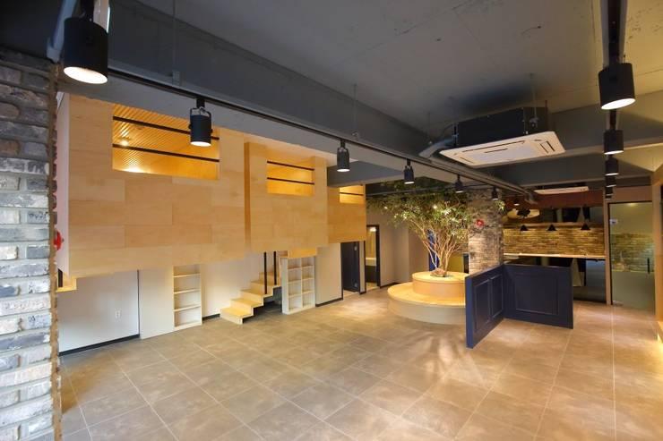 대구 남구 대명동 예쁜 카페 커피숍 인테리어 리모델링: inark [인아크 건축 설계 디자인]의  거실,