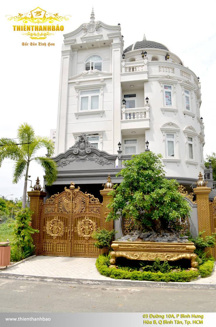 Cổng nhôm đúc phù điêu kín thoáng:  Nhà by Cổng nhôm đúc Thiên Thanh Bảo
