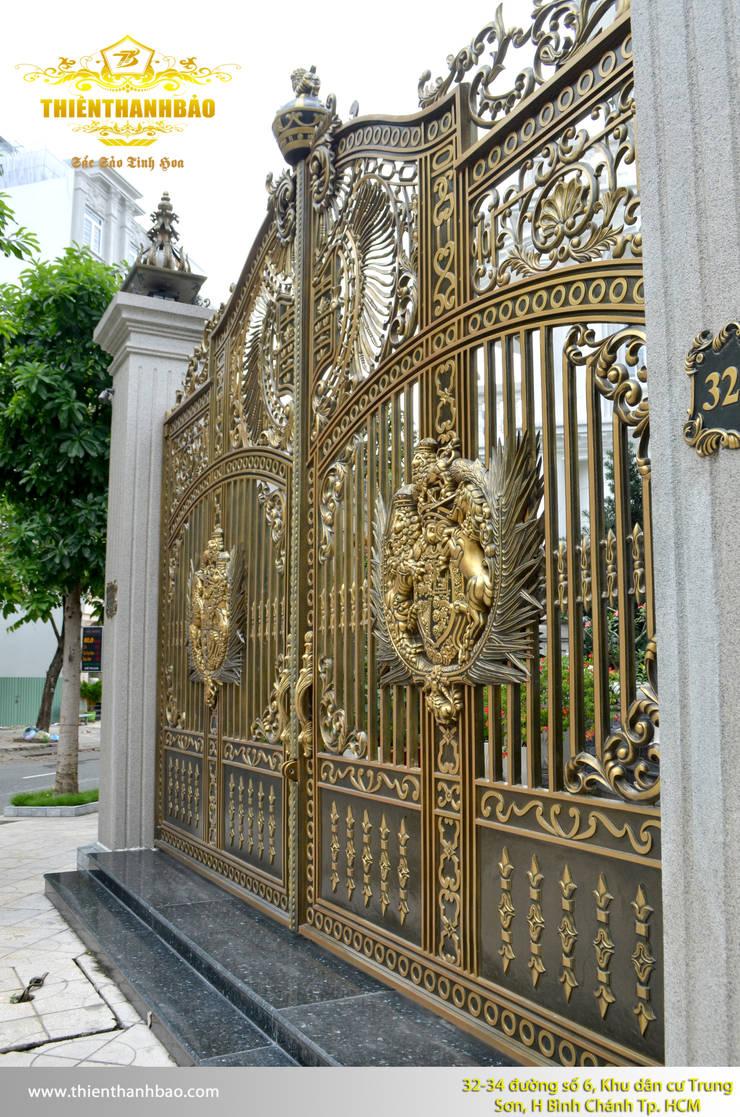 Cổng nhôm đúc phù điêu buckingham thoáng màu đồng vàng hạt rêu:  Nhà by Cổng nhôm đúc Thiên Thanh Bảo