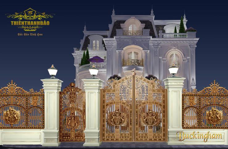 Cổng nhôm đúc phù điêu Buckingham:  Nhà by Cổng nhôm đúc Thiên Thanh Bảo