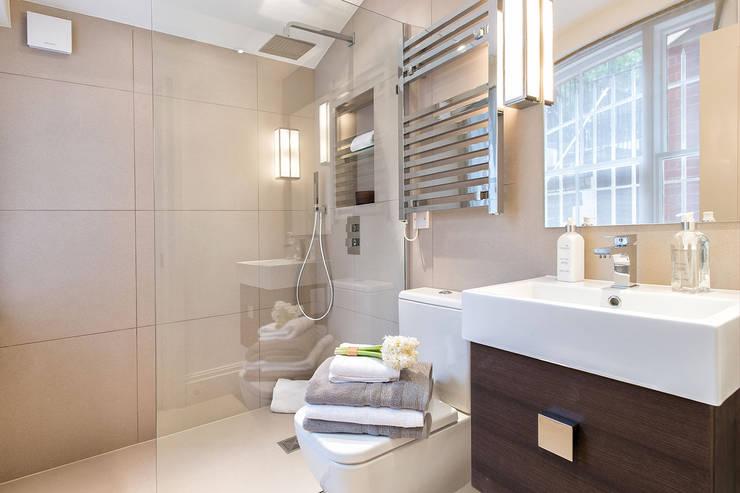 Cranley Gardens:  Bathroom by Maxmar Construction LTD