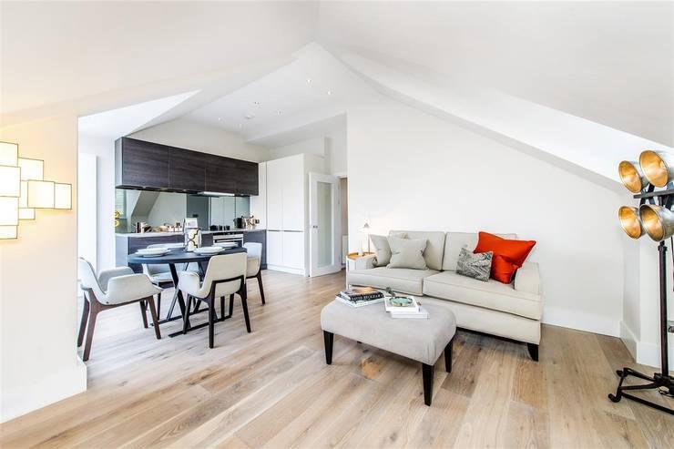 Tregunter Road:  Living room by Maxmar Construction LTD