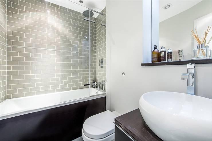 Tregunter Road:  Bathroom by Maxmar Construction LTD